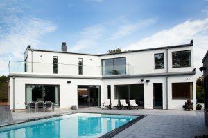 Tvåvåningshus med pool